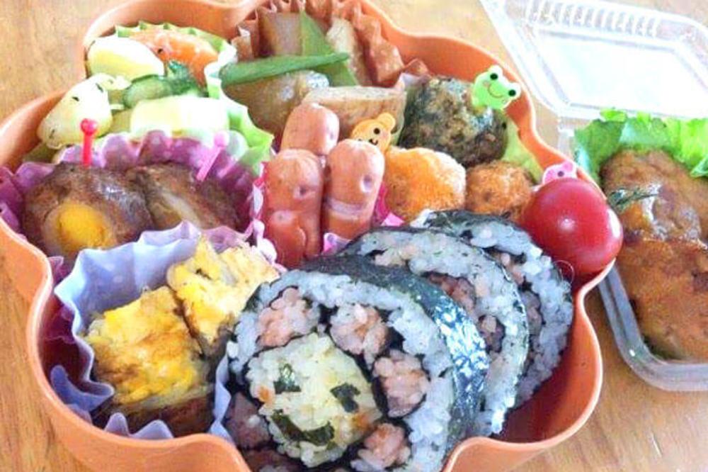 お花の飾り巻き寿司弁当