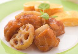 レンコンと鶏カラの甘黒酢炒め