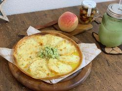 桃とモッツァレラのピザ